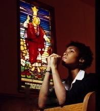 7205210-nia-o-rezando-en-la-iglesia